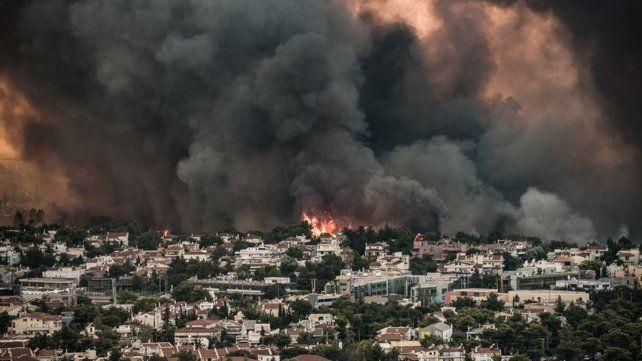 Grecia sufre unos 40 incendios y el fuego está a las puertas de Atenas