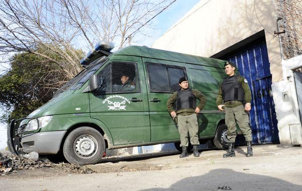 Agosto de 2012. En ese mes Gendarmería allanó un galpón de Gálvez al 6100 donde desguazaban autos robados. (Gustavo de los Rios / LaCapital)