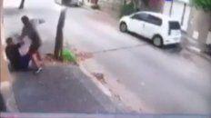 un joven fue asaltado cuando se encontraba sentado en la puerta de su casa de barrio refineria