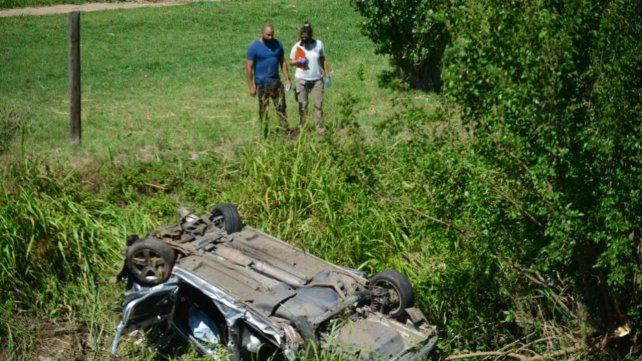 El auto accidentado quedó dado vuelta