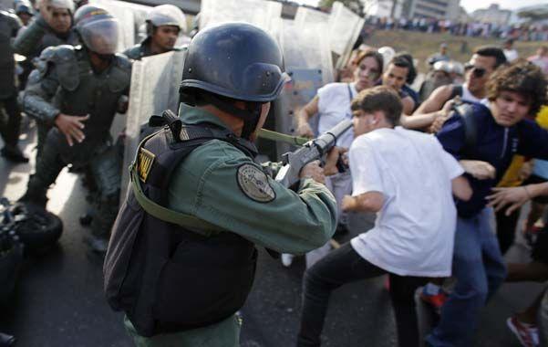 Represión. La policía usó mano dura ante la ola de protestas de la oposición en Caracas y otras ciudades.