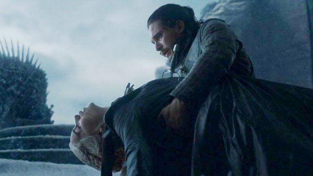 Con todo el dolor. Jon Snow decidió terminar con la vida y las ambiciones de Daenerys
