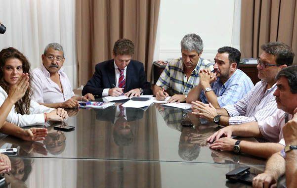 Reunión en Santa Fe. Las partes sellaron el acuerdo durante un encuentro que encabezó el titular de Regiones