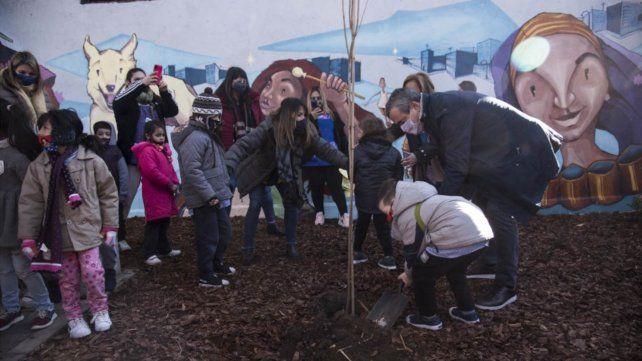 El intendente Javkin y los chicos de un jardín de infantes de la zona de Rui Barbosa y Bermúdez plantaron árboles en la plaza de bolsillo.