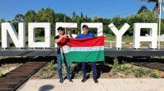 Los chicos con la bandera y en el cartel de Nogoyá.