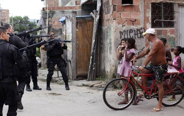 Clima de guerra. La policía durante una redada en un barrio pobre de Río.