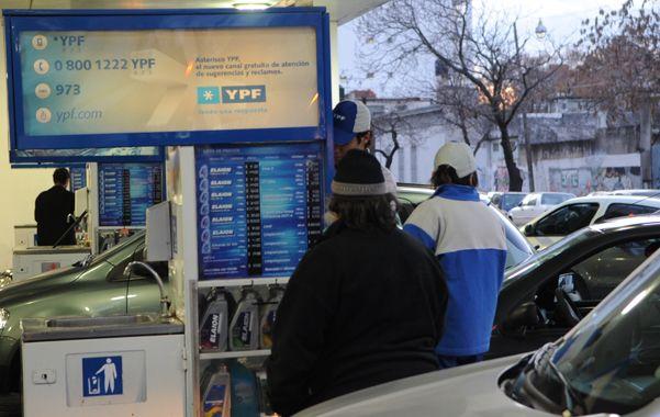 Combustibles. El abastecimiento de nafta al mercado mejoró desde que se nacionalizó la petrolera YPF.