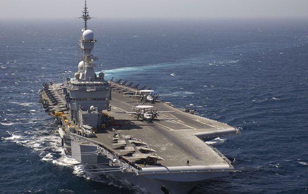 Poder naval. El portaaviones De Gaulle duplicó la cantidad de aviones de guerra galos en el Golfo.