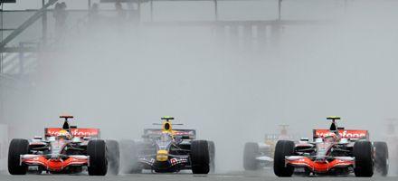 Hamilton le ganó a la inundación y fue el vencedor en Silverstone
