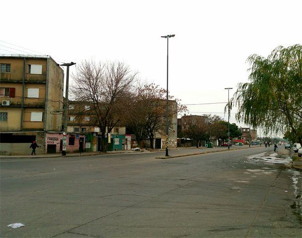 El hombre atacado por tres ladrones en Biedma y Rouillón. (Foto: Celina Mutti Lovera)
