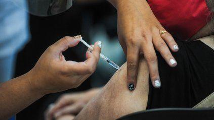 Vacunación en la Ex Rural de Rosario de la Sputnik V. El reclamo por una dosis aúna a varios gremios de trabajadores esenciales.