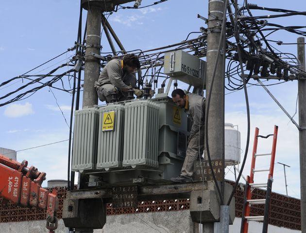 Los operarios trabajan desde la madrugada para restablecer el suministro.