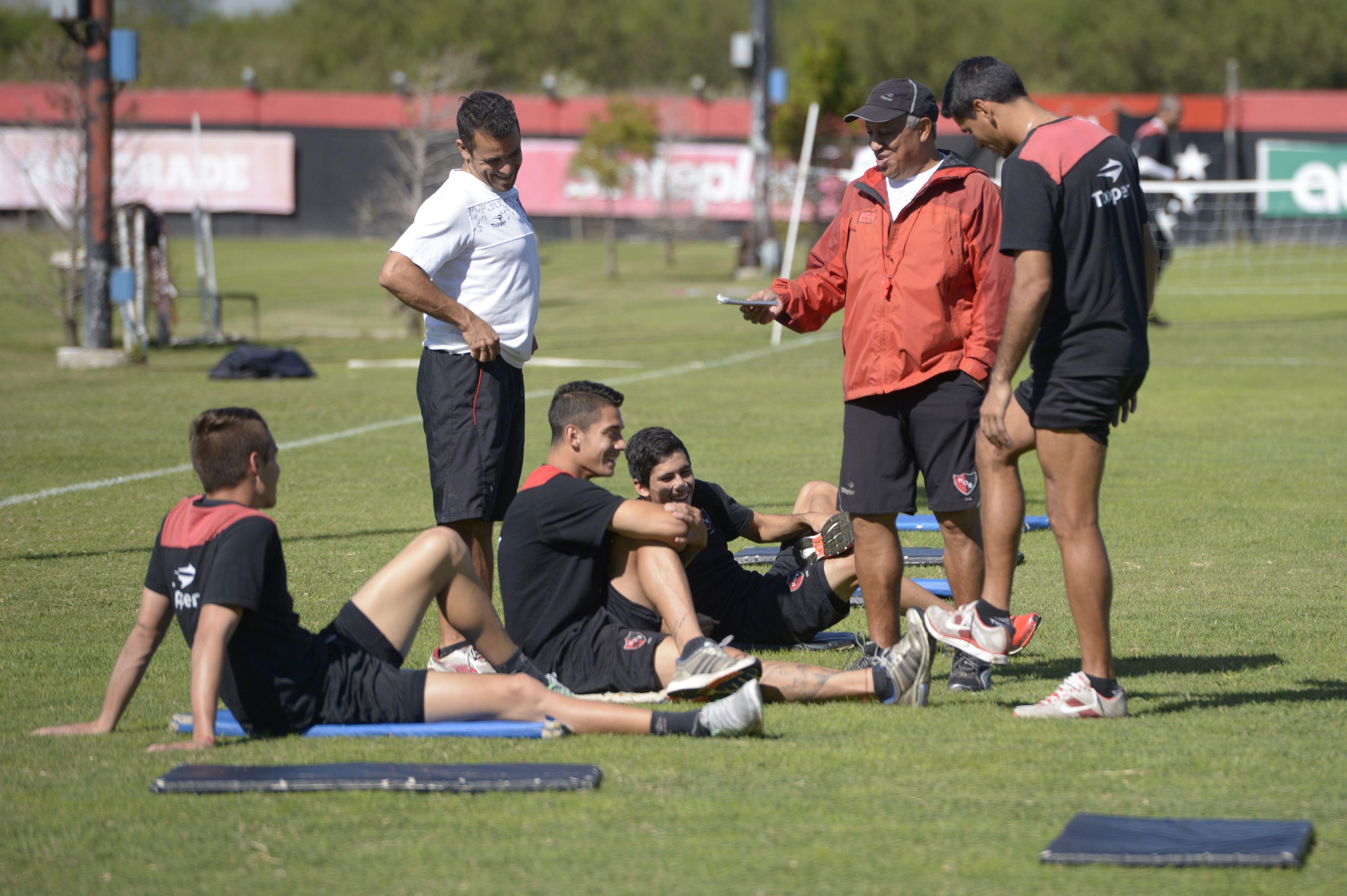 En el predio. El Tolo Gallego charla con Ustari durante un entrenamiento.