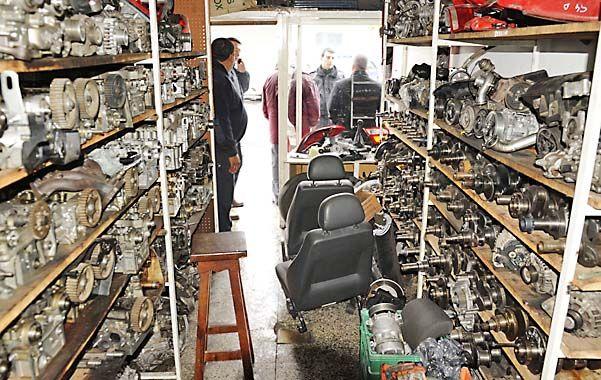 Estanterías. Varios centenares de piezas mecánicas de dudosa procedencia fueron encontradas en el local allanado. (foto: Sergio Toriggino)