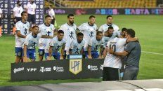 El plantel de Central posa con la camiseta 10 de la selección argentina de Maradona. Emoción gigante en la previa.