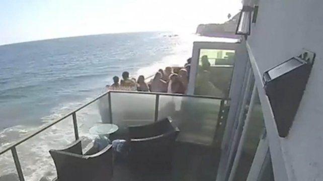 El balcón de la casa en Malibú cedió por el gran peso.
