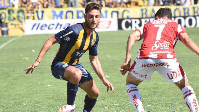 Al frente. Andrés Lioi encara la marca de Franco Fragapane en el partido con Unión.