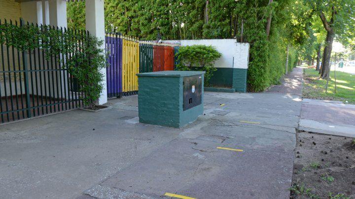 Prevención. En la Escuela Integral de Fisherton se pintaron marcas en el ingreso para garantizar la distancia social.