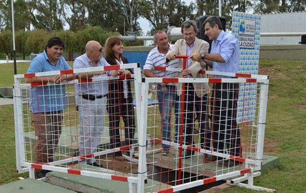 En marcha. El intendente junto a autoridades de la COS realizaron la simbólica apertura de la válvula.