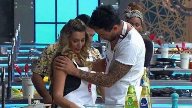Rocío Marengo es contenida por los integrantes del programa de TV chileno.