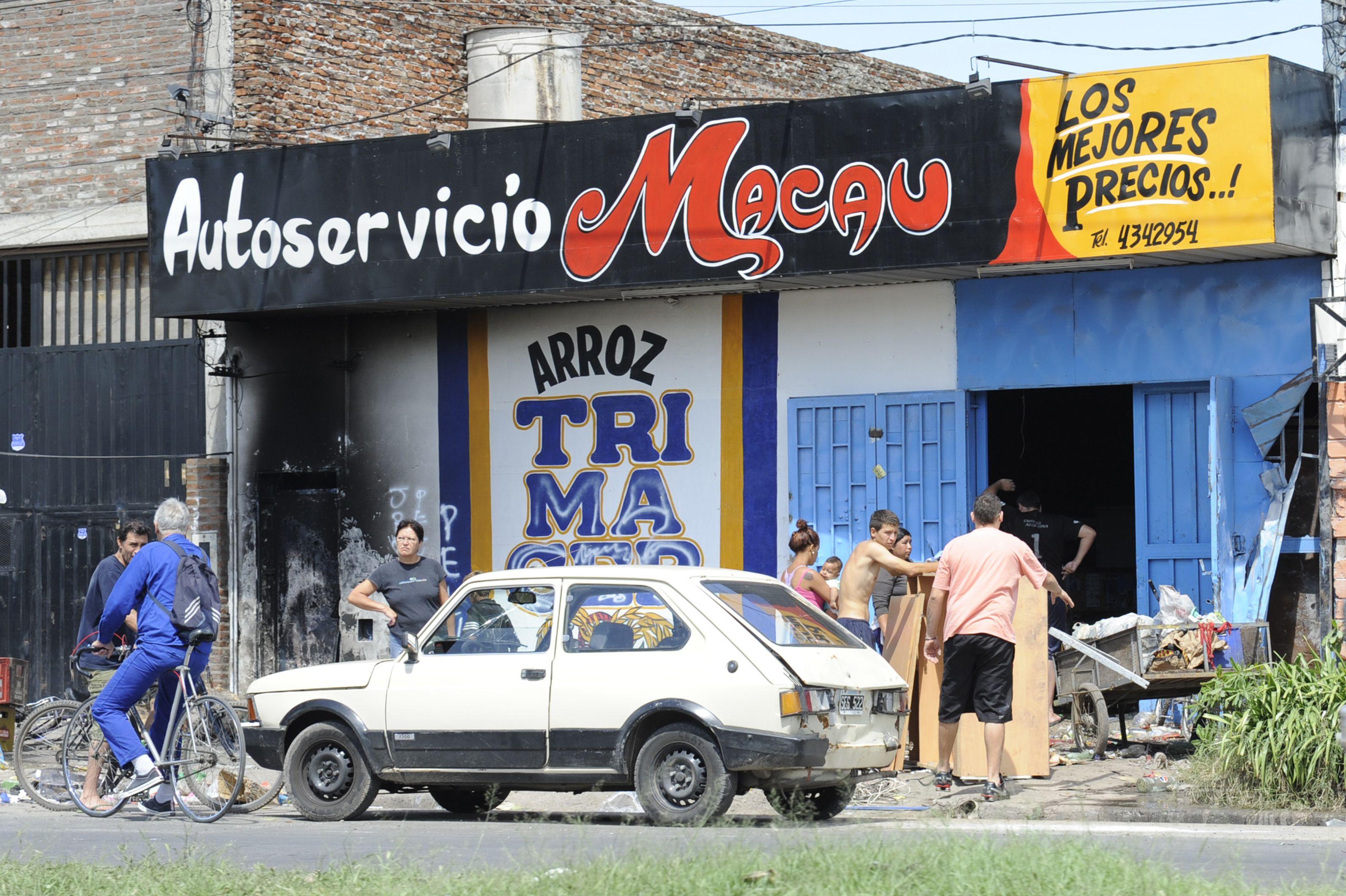 Un pequeño autoservicio ubicado en Avellaneda al 200 fue víctima de actos de pillaje hoy por la mañana de parte de un grupo de jóvenes. (Foto: S. Suárez Meccia)