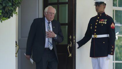 Bernie Sanders sale de la reunión privada con el presidente Biden.