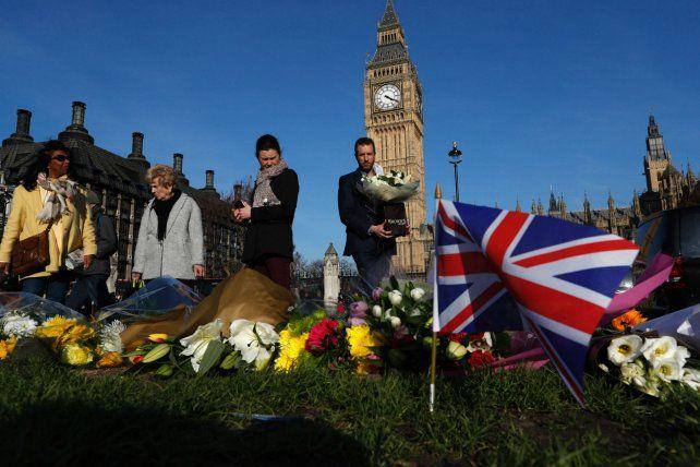 Una nación de luto. Ofrendas florales en el lugar donde se cometió el atentado que dejó cinco muertos.