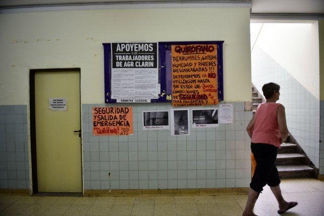 Reclamo. Las carteleras murales de los gremios reflejan la preocupante realidad del centro de salud.