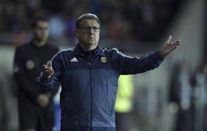Martino da indicaciones durante el partido. (Foto: AFP)
