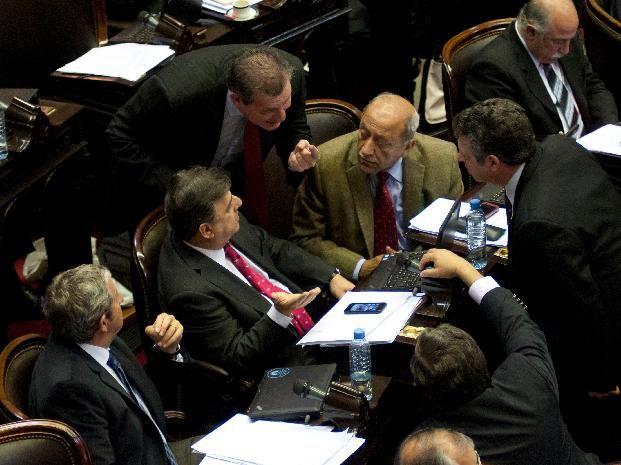 Integrantes de la bancada radical discuten durnata la extensa sesión que terminó esta madrugada. (Foto: Télam)