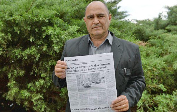 """No se olvida. Enrique Giménez sostiene la noticia del violento atraco. """"Tuve que huir como un fugitivo"""""""