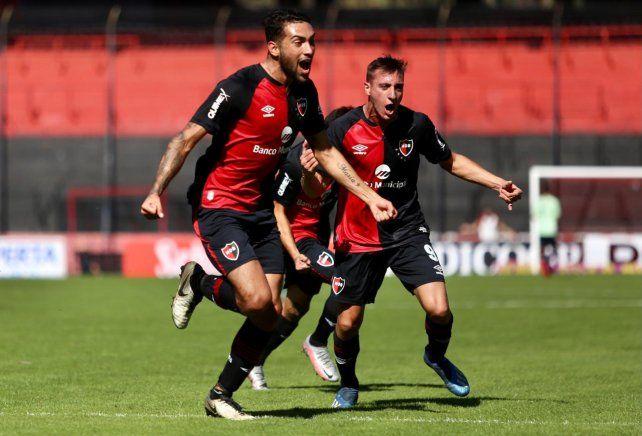 Con alma y vida. Juan Pablo Freytes grita su gol de tiro libre. Fue el que abrió el camino para la victoria leprosa.