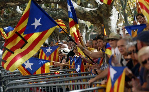 Listos. Los nacionalistas catalanes celebran la aprobación de la convocatoria en el centro de Barcelona.