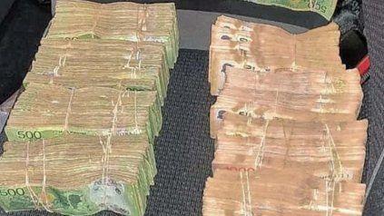 Parte del dinero en efectivo secuestrado de una camioneta durante un control policial en la autopista Rosario-Santa Fe.