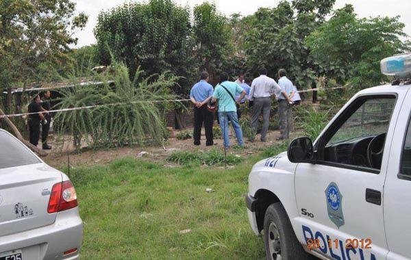Los policías en el patio de la vivienda donde retiraron los cuerpos de Berta Añazgo y Juan Avila.