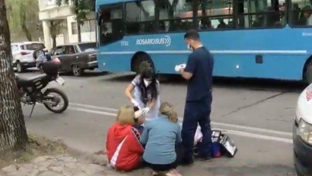 La mujer fue asistida por los vecinos. (Foto: Captura de TV)