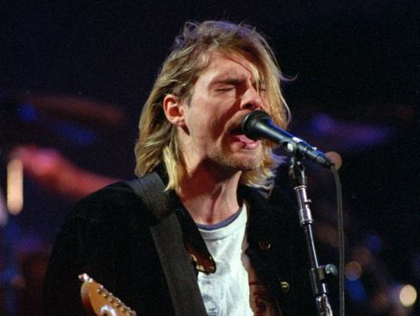 La policía cree que Cobain se suicidó el 5 de abril de 1994 y su cadáver fue encontrado tres días después.
