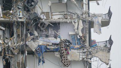 La torre colapsó por completo, pero a su lado quedó otro cuerpo en pie.