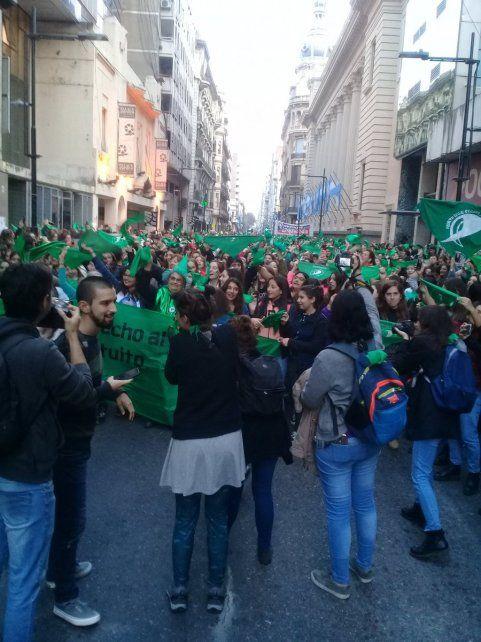 Marea verde. La multitud que se movilizó obligó a cortar el tránsito en calle corrientes para apoyar la presentación del Aborto Seguro