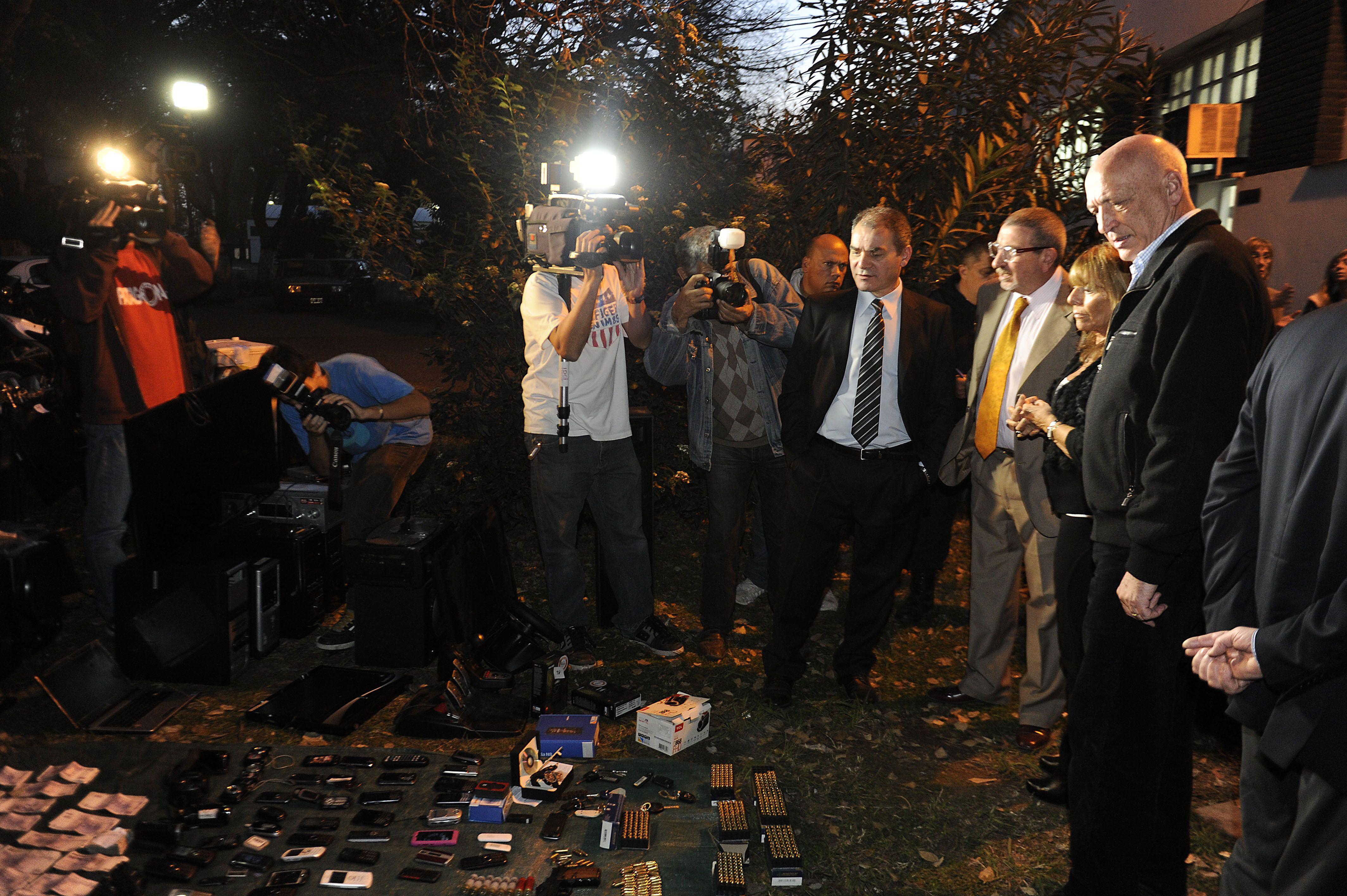El gobernador y los funcionarios judiciales exhiben los elementos secuestrados ayer. (Foto: H. Río)