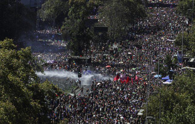 Masividad. El centro de Santiago fue copado por una multitud enorme.