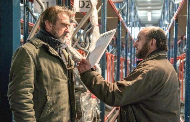 Humillado. Cantona interpreta a un ex ejecutivo de recursos humanos desempleado y obligado a aceptar trabajos precarios.