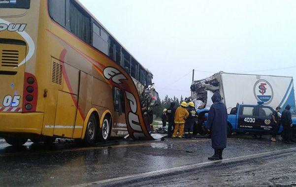 Los dos vehículos de gran porte se estrellaron sobre la ruta nacional Nº 11