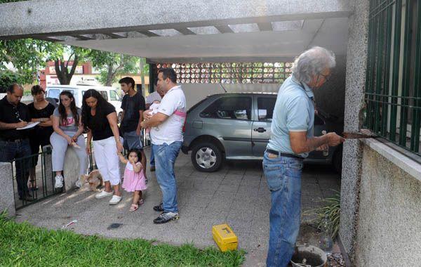 Un herrero trabajaba ayer en la casa de Cristina mientras los vecinos presentaban sus demandas.