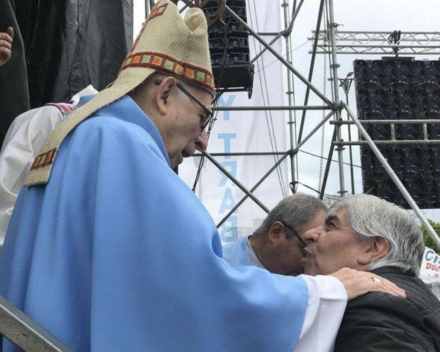 Comunión. El obispo de Luján saluda al líder de Camioneros.