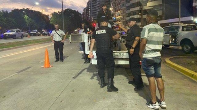 Retenes con policías e inspectores. La fiscalización de autos y motos fue hecha por agentes municipales en conjunto con la Unidad Regional II