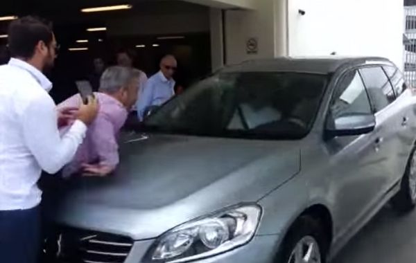 Una falla humana convirtió en una burla las pruebas del auto que se estaciona solo