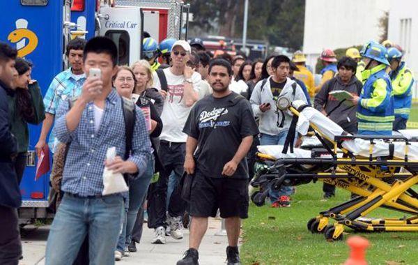 Estudiantes aguardan fuera de la universidad tras el ataque.