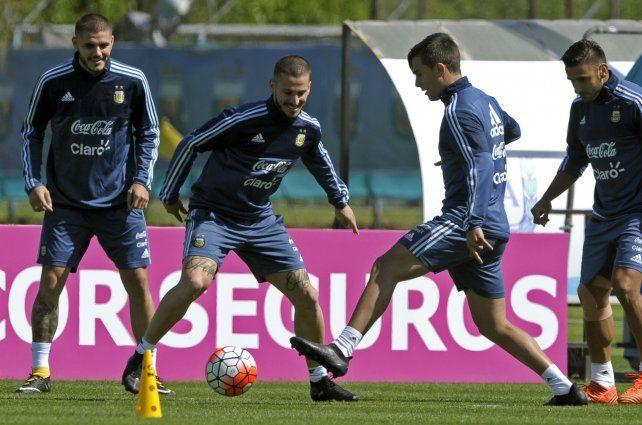 Una jornada amena en Ezeiza. Los primeros minutos de la práctica sirvieron para descontracturar al plantel argentino y por eso se los vio sonrientes a Lionel Messi