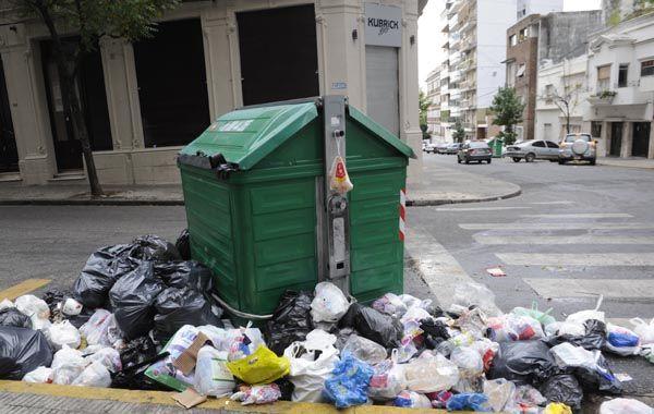La cantidad de residuo superó el espacio del contenedor y los restos de lo utilizado en el bar Kubrick fue dejado alrededor. (Foto: S. Toriggino)